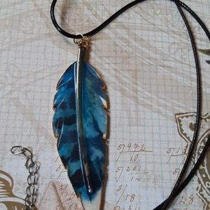 BLUE FEATHER NECKLACE NEW